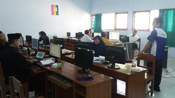 Dosen Teknik Informatika Memberikan Pembekalan Karya Tulis Bagi Guru SMA Muhammadiyah Wonosari
