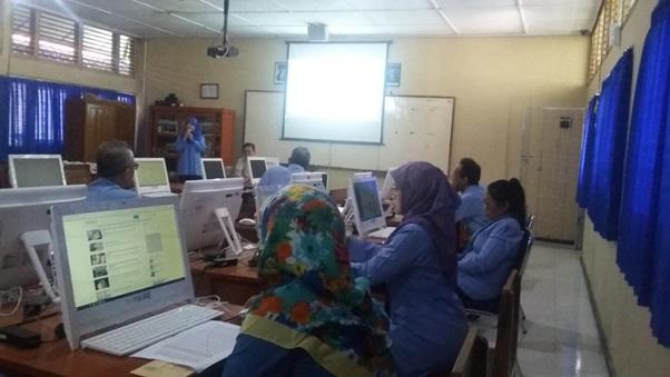 Tim dosen Informatika berikan Pelatihan Bahan ajar di SMA Negeri 2 Playen