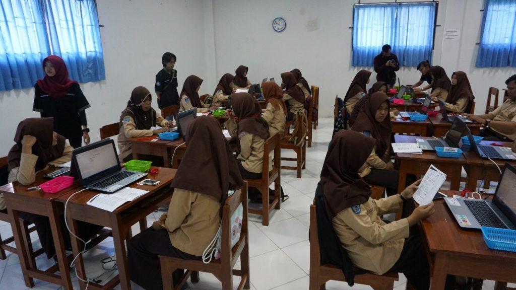 Siswa-siswa mengikuti kegiatan dengan didampingi mahasiswa