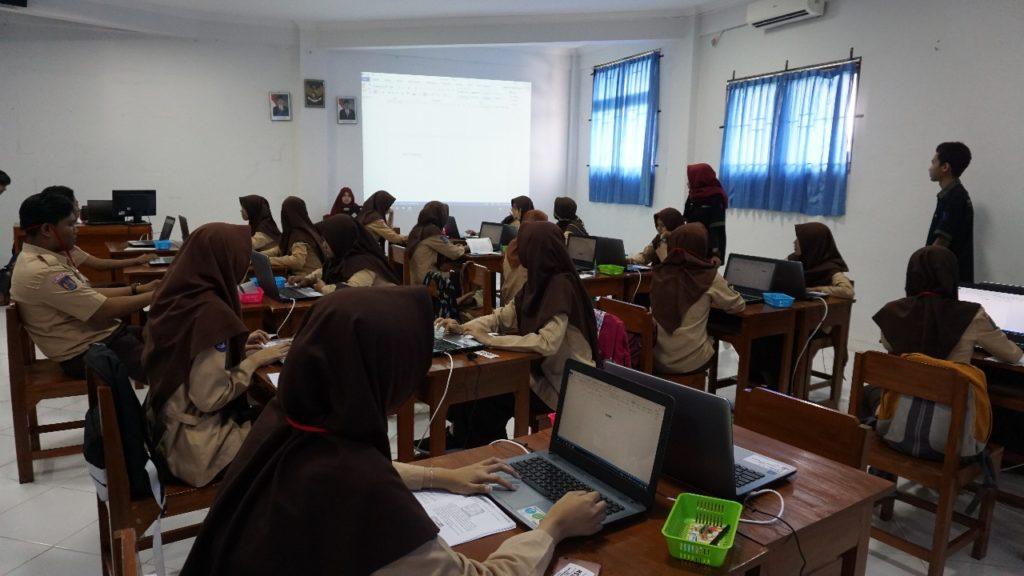 Para siswa mengikuti materi yang diberikan oleh pengurus