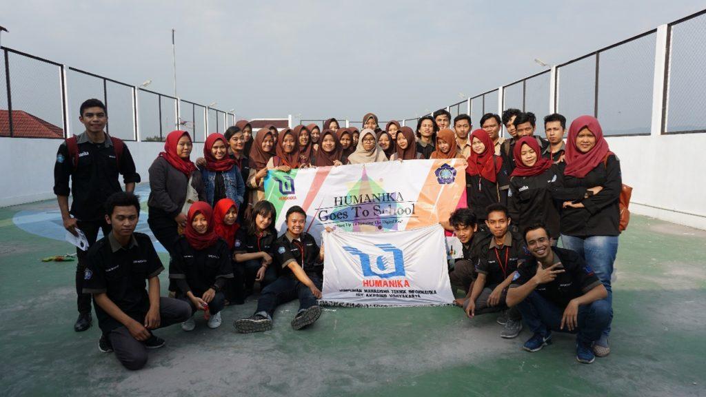 Foto bersama pengurus humanika dan siswa-siswi dari SMK/SMF Indonesia Yogyakarta