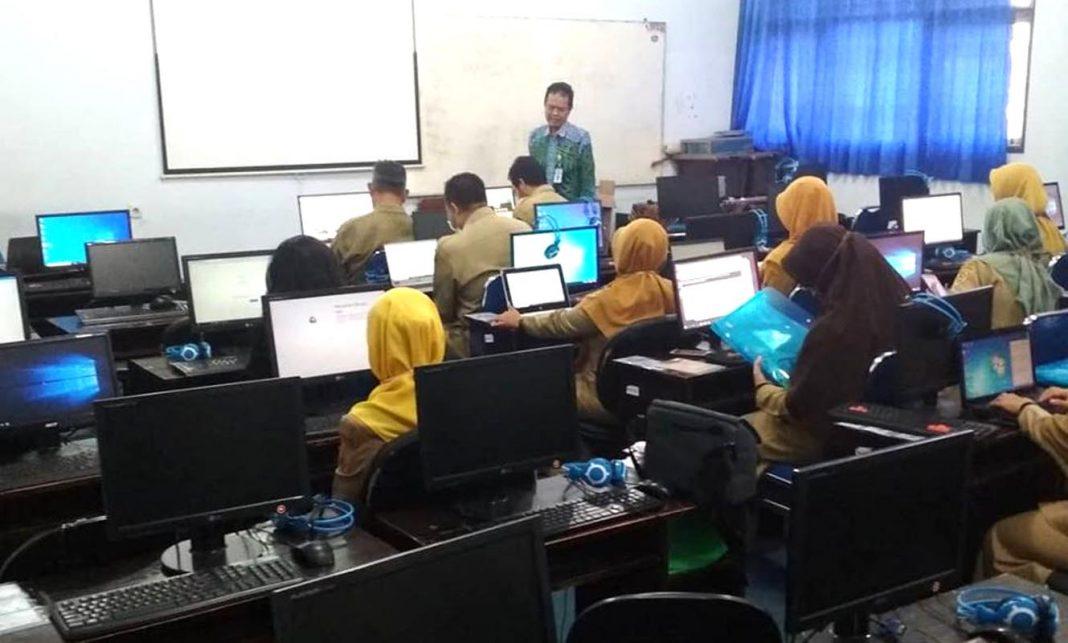 Tim dosen Informatika dampingi guru SMK Negeri 2 Magelang kelola website